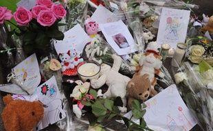Des mots, des fleurs et des peluches ont été déposés devant l'immeuble de Clermont-Ferrand où habitait Fiona, 5 ans, qui serait décédée en mai. Photo prise le 29 septembre 2013.