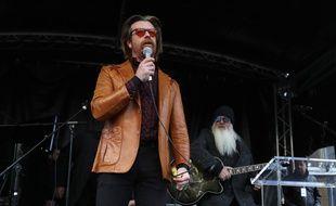 Le chanteur des Eagles of Death Metal Jesse Hughes sur une scène devant la mairie du XIe arrondissement de Paris le 13 novembre 2017.