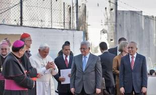 Benoît XVI et Mahmoud Abbas (cravate bleue) au camp de réfugiés d'Aïda, hier.