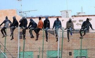 Des migrants tentent de passer la frontière séparant le Maroc de l'Espagne à Melilla, le 19 février 2015.