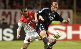 Ludovic Giuly a duel avec Zinédine Zidane, en avril 2004.