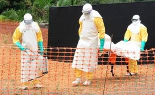Une équipe de Médecins sans frontières transporte le cadavre d'une personne morte de la fièvre Ebola à Guekedou, le 1er avril 2014