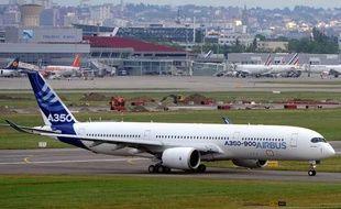 Le nouvel A350-900 d'Airbus sur l'aéroport de Toulouse-Blagnac, le 11 juin 2013.