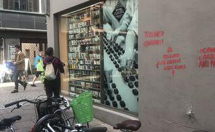 Les tags déposés sur le magasin Lathéral, de la Grand'Rue, visent les Vitrines de Strasbourg.