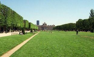 Confier l'entretien des espaces verts de Paris à des moutons d'Ouessant? La capitale va expérimenter l'éco-pâturage à partir d'avril, sur un seul site pour le moment, pour évaluer la faisabilité en milieu urbain dense de cette technique permettant de limiter l'usage d'engins et de désherbants.
