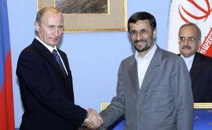 Le nouveau président russe Vladimir Poutine et son homologue iranien Mahmoud Ahmadinejad se sont mis d'accord pour renforcer la coopération entre les deux pays au cours d'un entretien téléphonique samedi