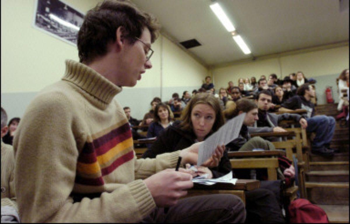 Des étudiants participent à une assemblée générale dans l'amphithéatre d'une université. – Jean Ayissi AFP/Archives
