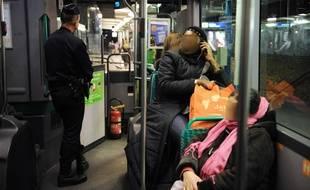 Illustration d'un bus de la RATP circulant en Seine-Saint-Denis, avec à son bord une escorte policière
