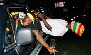 Des supporters du Ghana fêtent la victoire de leur équipe de foot sur le Maroc, dans les rues d'Accra, en janvier 2008.