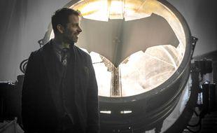 Le réalisateur Zack Snyder devant le Bat signal