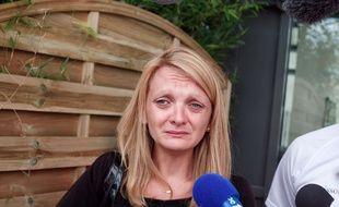 Rachel Lambert, l'épouse de Vincent Lambert, s'adresse, en larmes, aux médias, devant l'hôpital de Reims où est hospitalisé son mari. Le 23 juillet 2015.