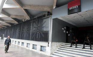 Un homme passe devant une agence de la SGBCI, la filiale ivoirienne de la Socitété générale, à Abidjan, le February 18, 2011. Deux hommes de garde sont postés devant l'agence.