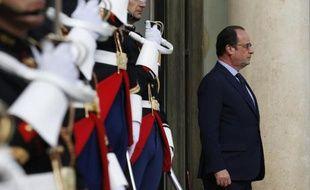 Le Président François Hollande attend à l'entrée de l'Elysée le 29 mai 2015