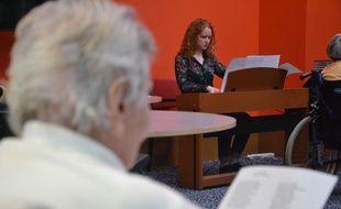 Héloïse, étudiante à Montpellier, propose un atelier de musique aux pensionnaires d'une maison de retraite