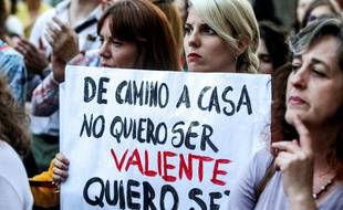 Au rassemblement de protestation contre le jugement de la meute, une femme tient une pancarte