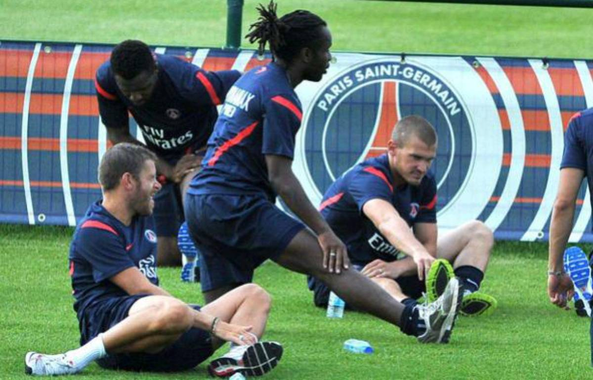 Le joueur du PSG, Peguy Luyindula (au centre) lors d'un entraînement avec son club, le 30 juin 2011 au Camp des Loges.. – F.Dupuy/Sipa