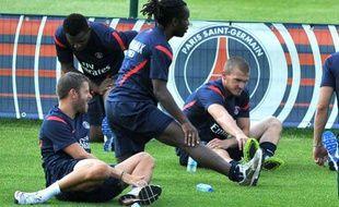 Le joueur du PSG, Peguy Luyindula (au centre) lors d'un entraînement avec son club, le 30 juin 2011 au Camp des Loges..