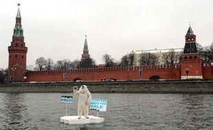 Un militant de Greenpeace déguisé en ours polaire a flotté lundi matin sur un morceau de banquise improvisé sur la rivière Moskova devant le Kremlin pour protester contre l'exploration pétrolière dans l'Arctique, a rapporté un photographe de l'AFP.