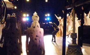 Les danseurs du Bolchoï vus depuis les coulisses, lors de la représentation de Légende d'amour, le 26 octobre 2014.