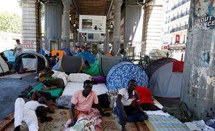 Le camp de migrants sous la station de métro Jaurès, à Paris, le 19 juillet 2016.