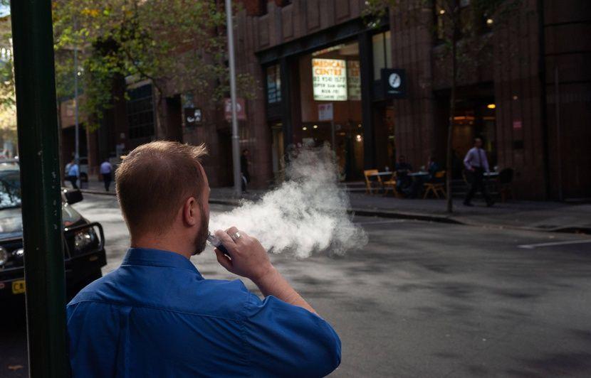 Les fumeurs « ne doivent pas hésiter » à passer au vapotage, indique l'Académie de médecine