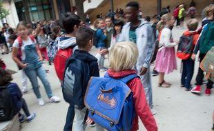 Des enfants dans une école élémentaire (illustration).