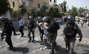 Un manifestant palestinien arrêté par les policiers israéliens