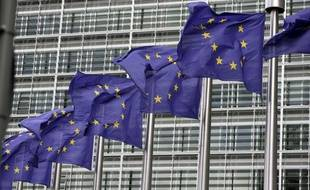 Les drapeaux européens flottent devant le bâtiment de la Commission européenne à Bruxelles, le 11 août 2010.