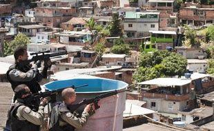 Après l'attaque dimanche d'une Unité de police pacificatrice (UPP) dans une favela de Rio par des trafiquants de drogue et la mort d'une jeune policière, les forces de l'ordre ont lancé mardi une grande offensive à quatre mois du Mondial de foot.