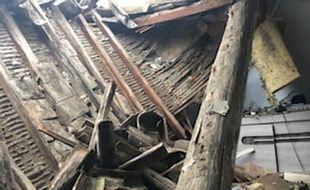 Une photo de la toiture effondrée, à Clermont-l'Hérault
