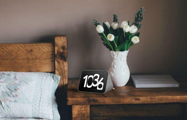 Le design du Smart Clock lui permet de trouver facilement sa place sur une table de chevet.