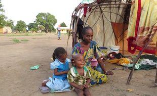 Oumoul, Dairou et leur mère, Habsatou Abdoulaye, réunis dans le camp de Doyaba, près de Sarh, au Tchad, le 9 juin 2014.