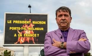Michel-Ange Flori, l'afficheur varois qui n'hésite pas à utiliser ses panneaux pour faire passer des messages.