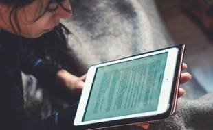 Un enfant utilisant une tablette (illustration).