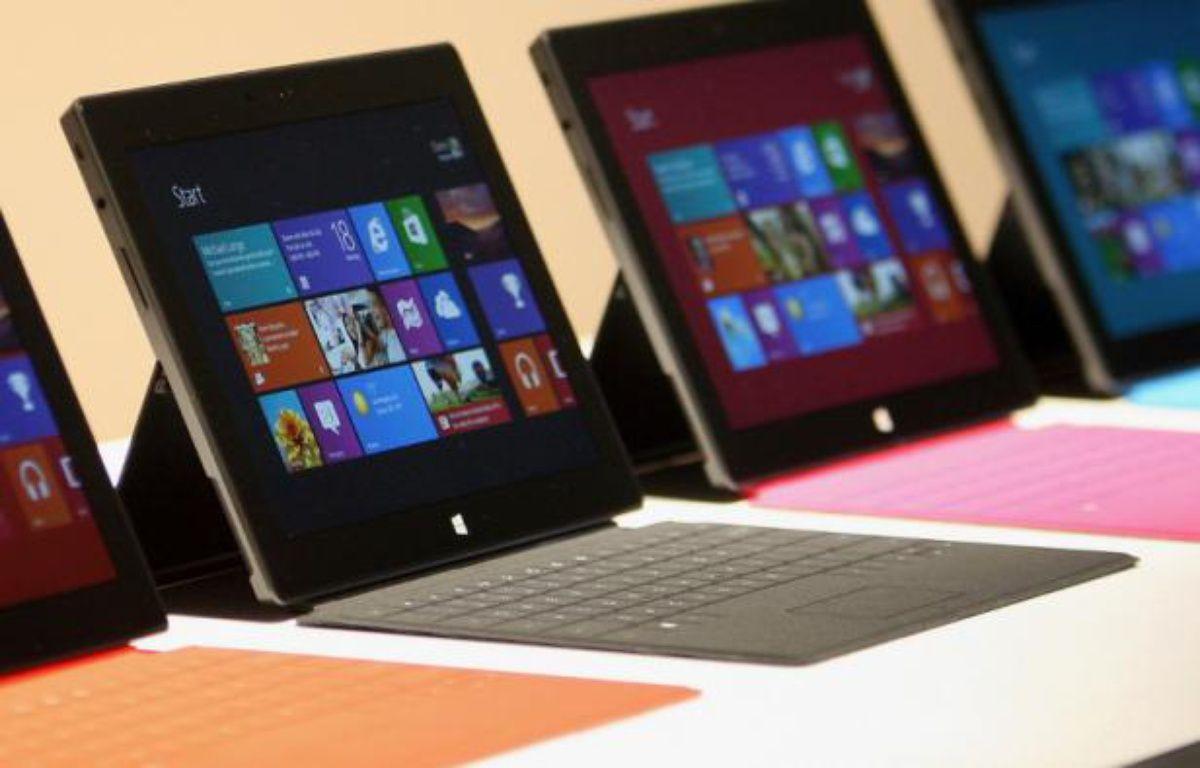Microsoft a dévoilé deux modèles de tablette Surface, le 18 juin 2012, à Los Angeles. Une «cover» faisant office de clavier peut se clipper dessus. – D.MCNEW/REUTERS