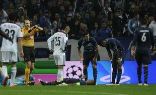 Le capitaine de Porto Danilo a dû être évacué sur civière lors du 8e de finale retour contre Bâle, le 10 mars 2015.