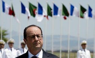 Le président François Hollande à son arrivée à l'aéroport d'Alger, le 15 juin 2015