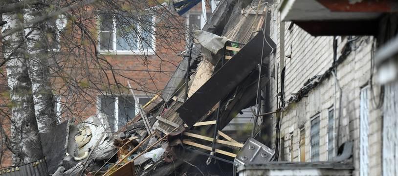 Un immeuble a été partiellement éventré samedi près de Moscou par une explosion de gaz qui a fait un mort.