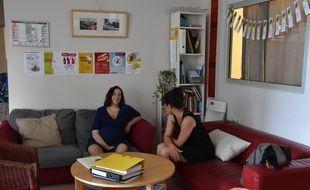 Une sage-femme et sa patiente à Calm, maison de naissance à la maternité des Bluets à Paris, 13e.