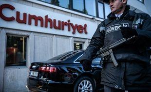 Un agent de sécurité surveille le siège du journal d'opposition «Cumhuriyet», le 31 octobre 2016, à Istanbul (Turquie).