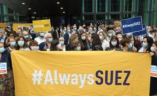 Des salariés de Suez manifestent à La Défense, devant le siège de leur entreprise, contre l'offre de Veolia, le 8 septembre 2020.