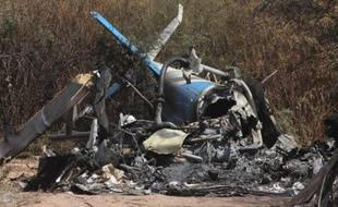 L'épave et les débris d'un des hélicoptères sur le site de l'accident, près de Villa Castelli, dans le nord-ouest de l'Argentine, le 10 mars 2015