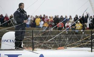 Le 9 novembre 2008, Dejoyeaux s'avance devant la foule des Sables d'Olonne. Après sa victoire en 2000-2001, le skipper de Port-la-Forêt prend pour la deuxième fois le départ de l'Everest des marins en solitaire. «Il y a 8 ans, je m'étais fixé de ne pas dépasser les 20 nœuds de moyenne par jour. Cette fois-ci, avec le plateau de furieux qu'on a, il sera certainement nécessaire d'aller plus vite que ça. On va passer le premier mois avec un caillou posé sur la pédale d'accélérateur!», prédit Desjoyeaux.
