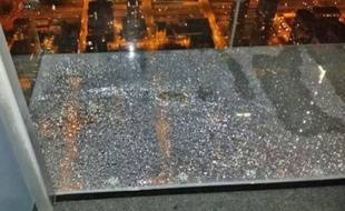 La vitre a commencé à se fissurer sous les pieds d'une famille.