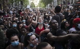 Plusieurs miliers de personnes se sont rassemblées à Paris pour dénoncer les violences policières, le 2 juin 2020.