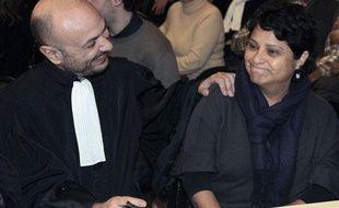 Richard Malka, un des avocats de la crèche et la directrice de l'établissement Baby Loup à Chanteloup-les-Vignes Natalia Baleato (D), patientent, le 13 décembre 2010 à Mantes-la-Jolie pour le jugement des prud'hommes.