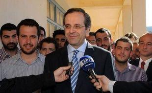 Le leader des conservateurs grecs Antonis Samaras s'attaquait lundi à la quadrature du cercle: former un gouvernement, sous l'oeil inquiet des marchés, avec le soutien de partis anti-austérité majoritaires au parlement, à l'issue d'un vote sanction historique contre le vieux système bipartite.