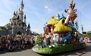 Des visiteurs lors de la parade le 6 août 2015 à Disneyland Paris à Marne-la-Vallée