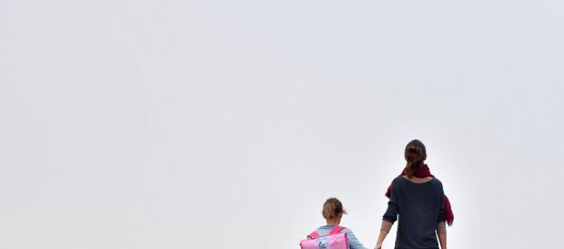 Une femme emmène sa fille à l'école (image d'illustration).