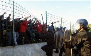 """Adoptée le 23 janvier, la loi contre le terrorisme et """"portant diverses dispositions de sécurité"""", permet aux préfets de prononcer des interdictions administratives de stade à l'encontre des supporteurs violents, sans attendre un éventuel jugement."""